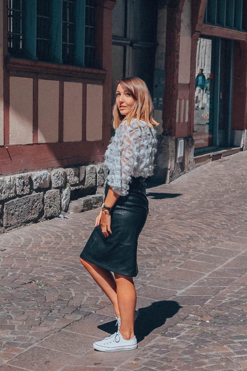 Vue de profil d'un look jupe en cuir
