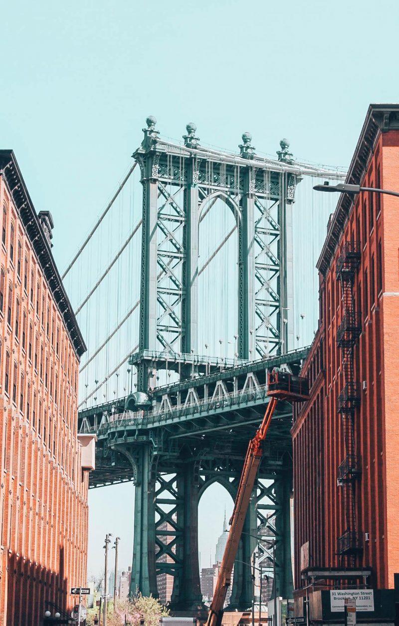 Pont de Brooklyn vu des rues de Brooklyn